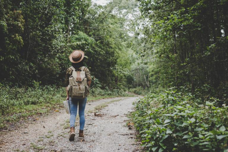 Frau spaziert im Wald